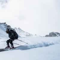 Ortzi esquiando sobre glaciar Maladeta